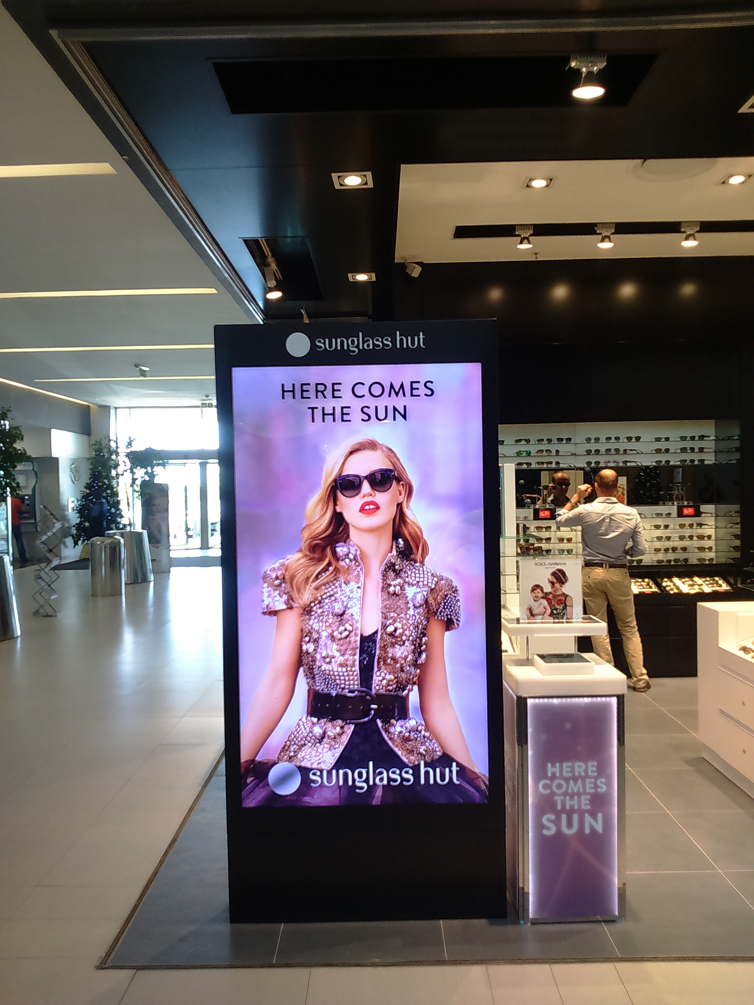 5ee2316be30 Sunglass Hut - Moving Tactics - Digital Signage Solutions